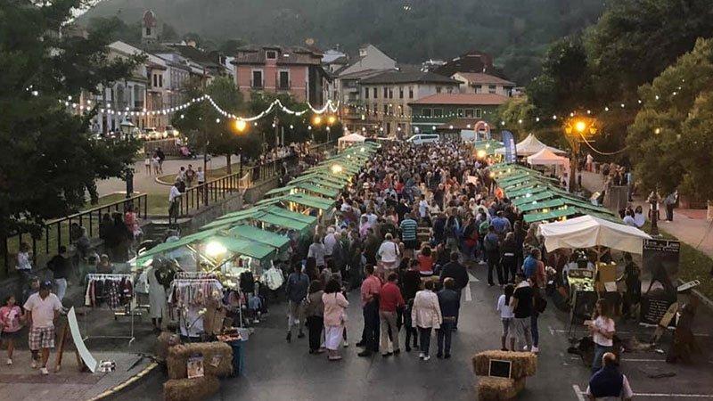 Foto de Manuel Rafer en la que se ve la zona del mercadillo lleno de gente en la anterior edición de L'Agostiellu
