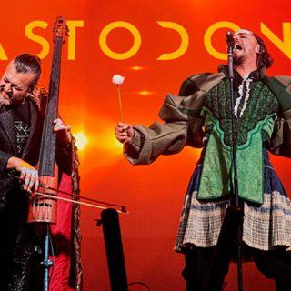 Foto de los dos integrantes principales de Mastodonte tocando en directo