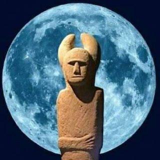 Detalle del cartel de la Noche Celta de Porcía 2019 en el que se ve una escultura celta sobre una enorme luna llena