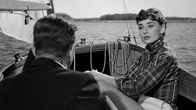 Fotograma de la película en el que se ve a Audrey Hepburn y Humphrey Bogart navegando en una barca