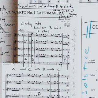 Imagen conceptual de partituras musicales con apuntes a mano
