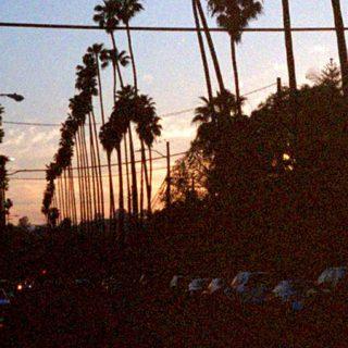 Detalle de una fotografía de la exposición, en la que se ve la perspectiva de una calle de Los Angeles subexpuesta