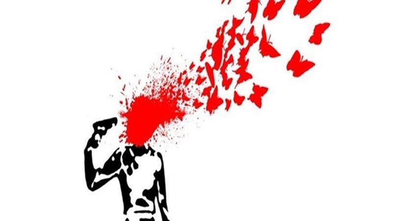"""Detalle del cartel de la obra """"Antígona. El grito de una mujer"""" en el que se ve la ilustración de la silueta de una mujer con una pistola en la mano que apunta a su cabeza, la zona donde debería estar su cabeza está ocupada por una mancha roja irregular que se va convirtiendo en diversas formas de mariposas."""