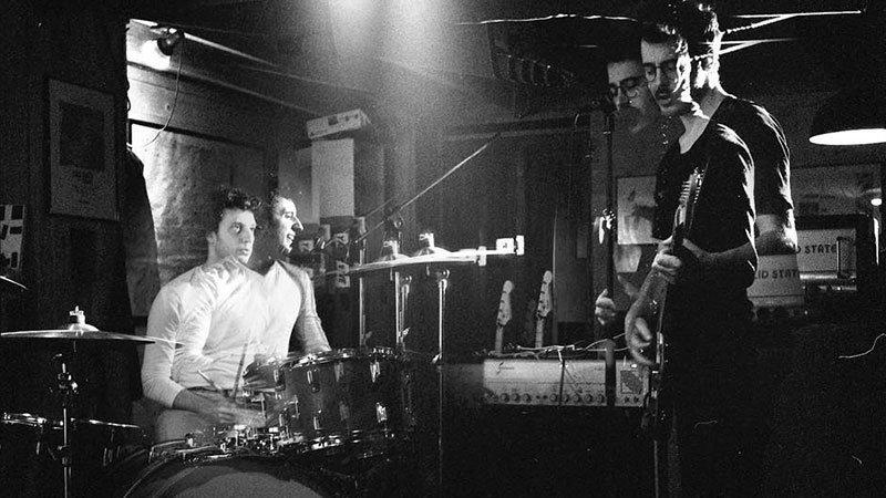 Foto de los dos miembros de Cala Vento tocando en directo