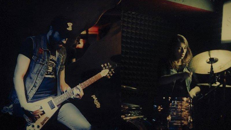 Foto de los dos integrantes de Crema Witch manejando sus instrumentos
