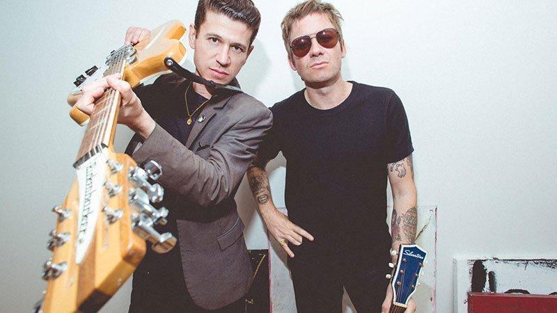 Foto de los dos principales integrantes de Crocodiles mirando a cámara con sus guitarras en la mano
