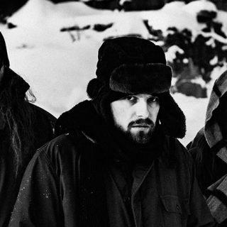 Foto en blanco y negro de los tres integrantes de Motorpsycho mirando a cámara en un entorno nevado y ataviados con ropa de abrigo, se respira el frío nórdico