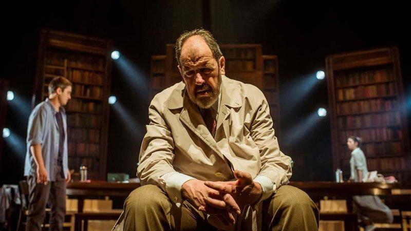 Foto de una escena de la obra Viejo amigo Cicerón en la que se ve al protagonista en primer plano sentado con gesto pensativo