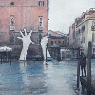 Detalle de una de las obras de Federico Granell en la que se ve, pintado al oleao, un canal de Venecia en el que una chica mira desde un embarcadero a unas enormes manos que salen del agua y agarran una fachada
