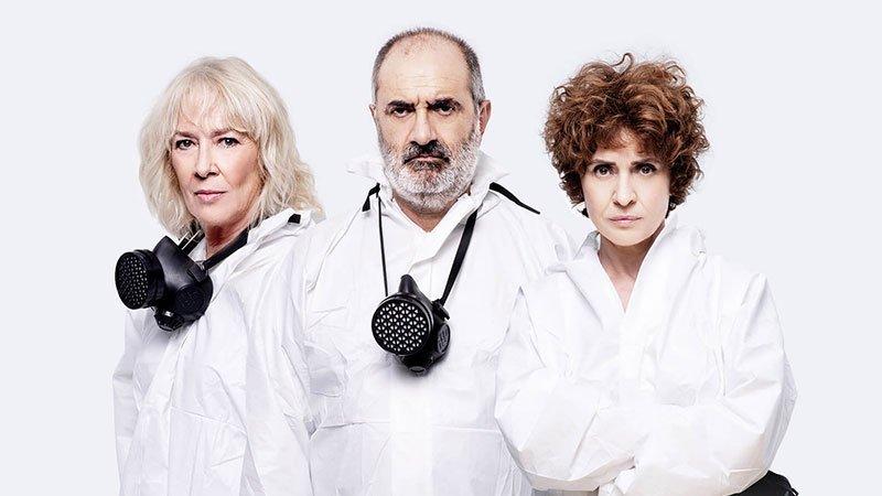 """Imagen promocional de """"Los Hijos"""" en la que se ve a sus tres protagonistas, un hombre y dos mujeres, posando con trajes asépticos y mascarillas colgadas al cuello."""