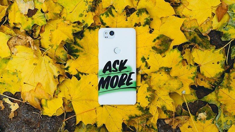 """Foto de concepto en la que se ve un móvil, aludiendo a la comunicación online y en redes sociales, en cuya carcasa se puede leer la frase """"Ask more"""", que en inglés significa """"Pregunta más"""", animando a que se cuestionen más las cosas que nos llegan por medios digitales, y todo en general."""