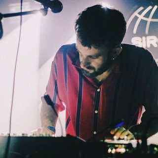 Foto de Auto Sacramental retorciendo sintetizadores y controles de la mesa de mezclas en directo.