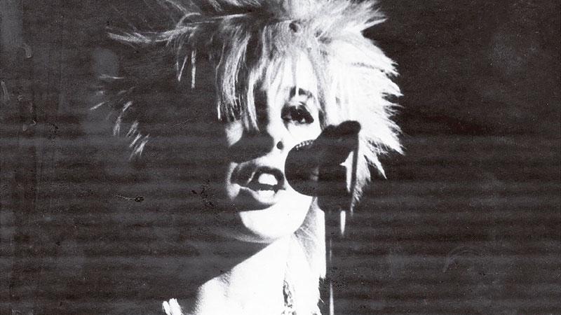 """Detalle de la portada del libro """"God Save the Queens"""" en el que se ve una foto en blanco y negro de una cantante punk"""