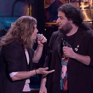 Foto de Grison Beatbox y Jaime Caravaca en su show, a la izquierda se ve a Grison Beatbox con el micro pegado a la boca mirando a Jaime Caravaca, a la derecha, que le mira con gesto sorprendido
