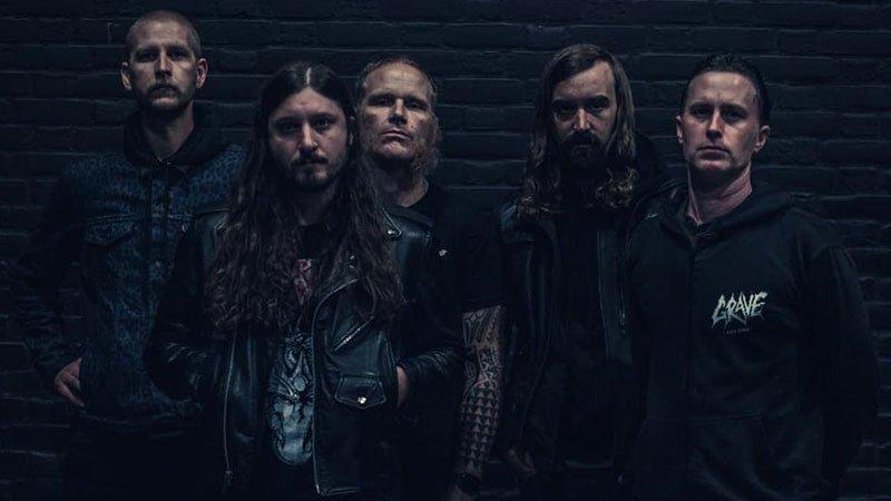 Foto de los cinco miembros de High Reeper posando ante un muro de ladrillo con aspecto de dureza máxima.