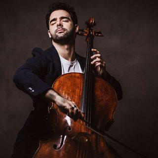Foto de Pablo Ferrández tocando el violonchelo con los ojos cerrados y gesto de absoluta pasión