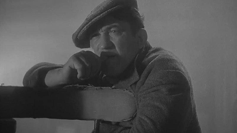 """Fotograma de la película """"The Informer"""" en el que se ve a su protagonista apoyado en un respaldo con gesto pensativo."""