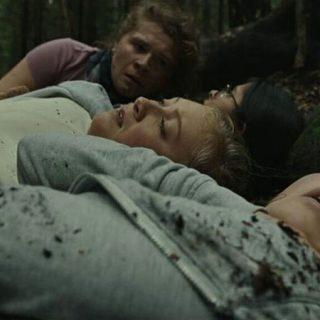 """Fotograma de la películar """"Utoya. 22 de julio"""" en el que se ve a 4 chicas tiradas en el suelo escondiéndose con gesto de pánico."""