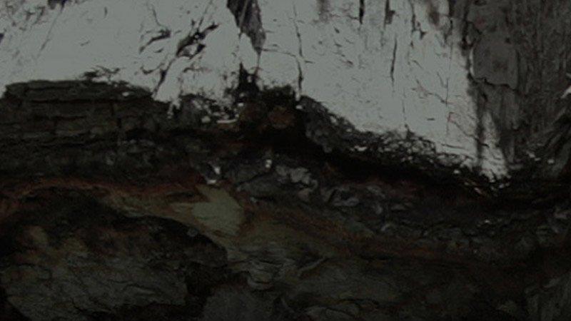 Detalle del cartel del evento donde se ve una textura de roca, propia de la zona de Turón donde se rodó el trabajo.