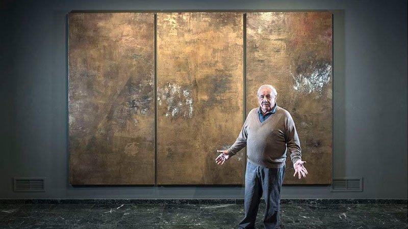 Foto de Elias García Benavides junto a una de sus obras expuestas en el Museo Evaristo Valle