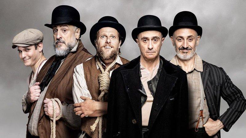 """Detalle del cartel de """"Esperando a Godot"""" donde se ve a sus cinco protagonistas posando con las vestiduras de la época en la que se ambienta la obra."""