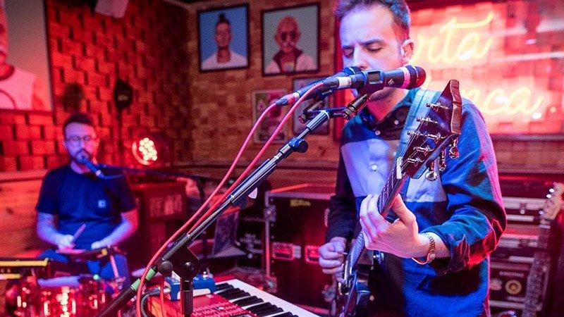 Foto de los dos miembros de Melifluo tocando en directo.