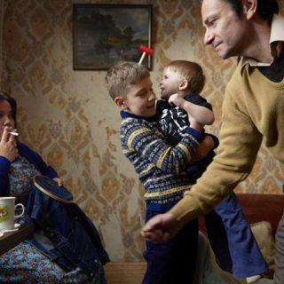 Fotograma de Ray & Liz en el que se ve a estos personajes en una escena doméstica con sus niños.