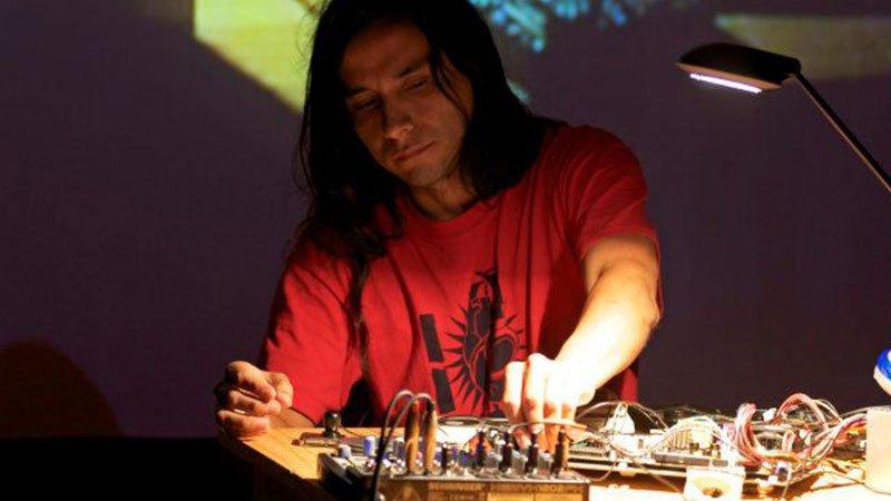 Foto de Chrs Galarreta, Sajjra, retorciendo aparatos en uno de sus directos.