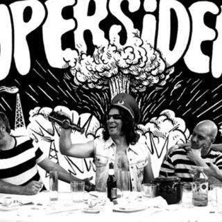 Foto de los cinco componnenntes de Supersiders parodiando la última cena.