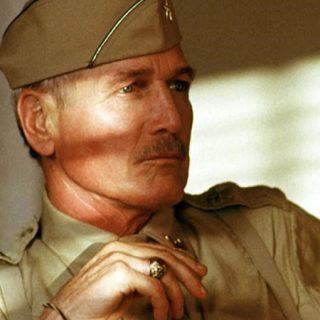 Fotograma de la película en el que se ve a Paul Newman con su traje militar y cara de interesante madurito.