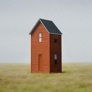 """Detalle de una de las obras de la exposición Realismos, concretamente la pieza """"Greenfield"""", de Mónica Dixon, en la que se ve una casita roja con tejado negro, muy estrecha y alta, en medio de un prado verde claro (Acrílico sobre lienzo. 50 x 50 cm. 2019)."""