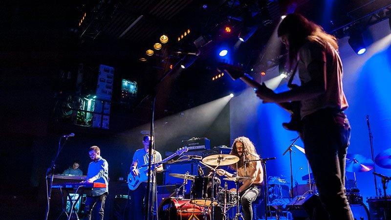 Foto de Jesus The Snake en directo donde se ve a los cuatro componentes tocando concentradísimos en sus instrumentos.