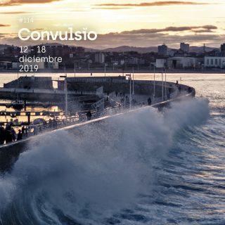 Foto de una ola impactando contra el dique del puerto deportivo de Gijón.