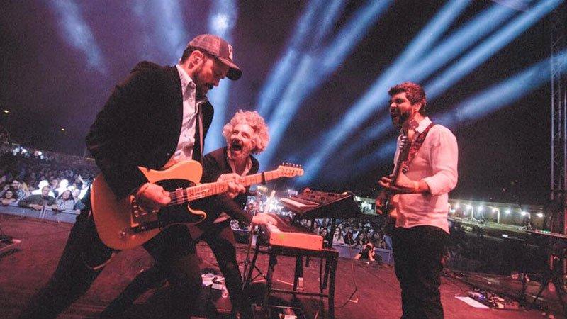 Foto de León Benavente tocando en directo.