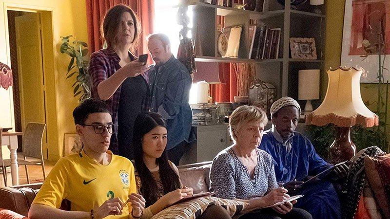 """Fotograma de la película """"Les Bonnes Intentions"""" en la que se ve a Isabelle, el personaje principal, junto a sus alumnos en el centro de acogida."""