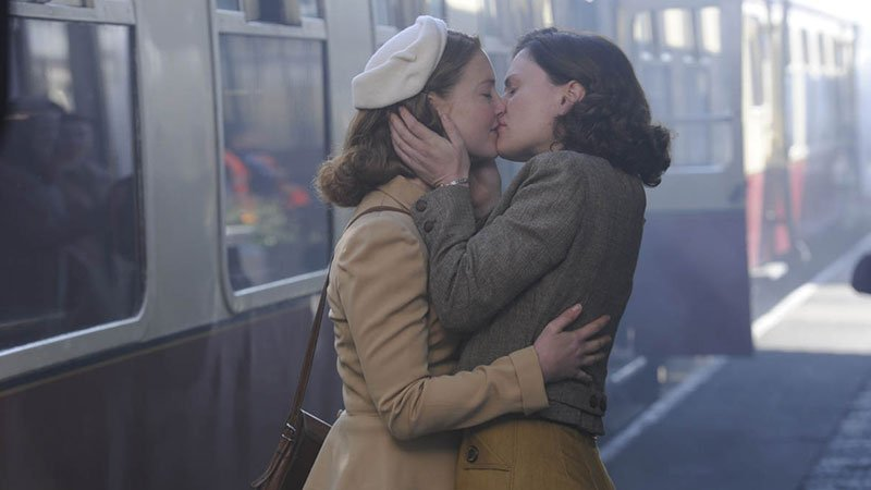 Fotograma de la película Tell it to the bees (El secreto de las abejas) en el que se ve a las dos protagonistas besándose de forma apasionada en el andén una estación de tren.