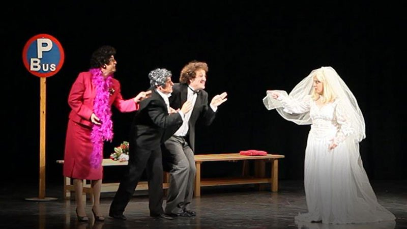 Fotografía de una escena de la obra El Bodorrio en la que se ve a tres de sus personajes con gesto de reproche frente a la novia, que los señala con el dedo.