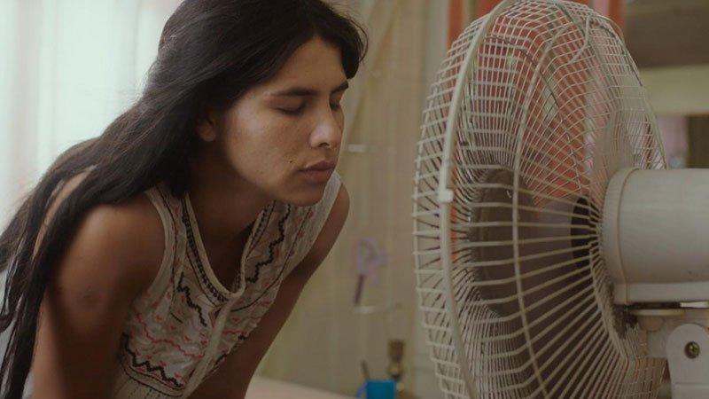 """Fotograma de la película """"El despertar de las hormigas"""", en el que se ve a su protagonista acercando su cara a un ventilador con los ojos cerrados."""