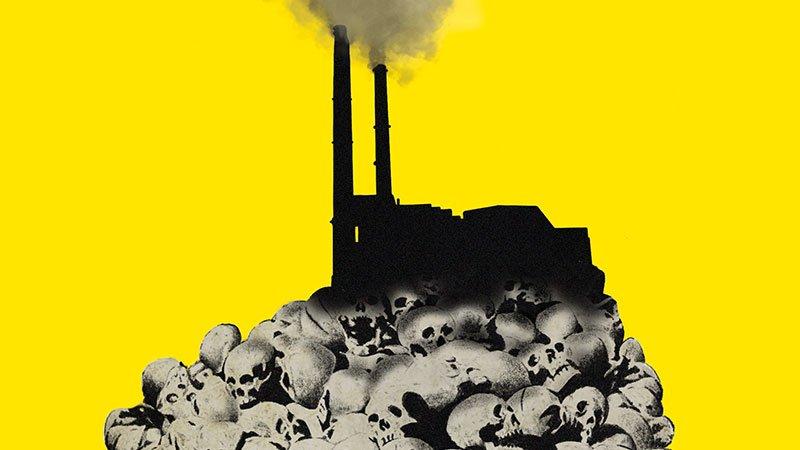 """Detalle de la portada del libro """"Franquismo S.A."""" en el que se ve, sobre fondo amarillo, unas chimeneas de una fábrica sobre un montón de calaveras."""