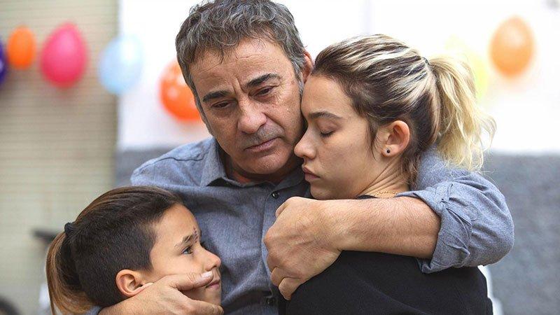 """Fotograma de la película """"La Hija de un Ladrón"""" en el que se ve al protagonista abrazando a sus dos hijas."""
