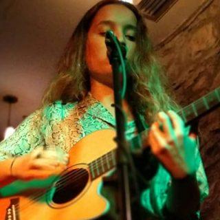 Foto de Sara Fernández, La Mujer Búho, tocando en directo.