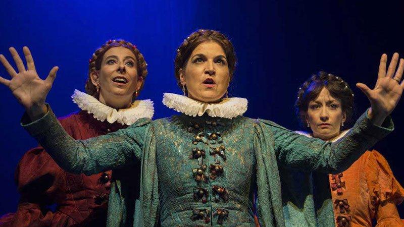 Foto de una escena de La Ternura en la que se ve a tres de sus protagonistas femenintas ataviadas con trajes de época.