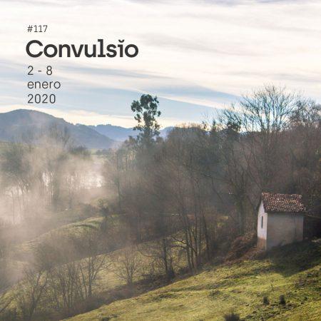 Contraportada de Convulsio con foto de un paisaje invernal soleado asturiano, donde se ve un prao en descenso, de un verde tenue, rodeado de árbolees en rama, sin hojas, envueltos en la niebla y puede verse una pequeña casita a la derecha del encuadre. Es la vista de un valle cerca de Borines, en Infiesto.
