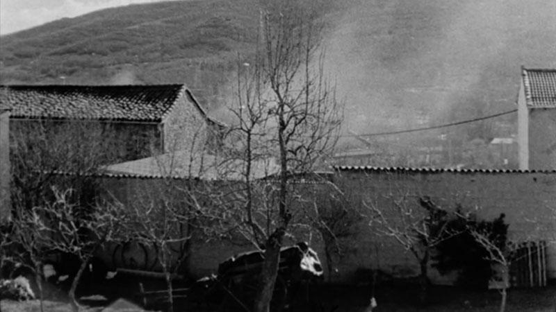 Fotograma del documental en el que se ve una imagen antigua en blanco y negro de un pueblo de España.