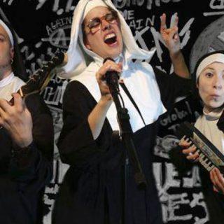 """Foto promocional del show """"Me gusta ser una monja"""" en el que se ve a los tres integrantes del grupo vestidos de monjas con sus instrumentos en mano y cantando enérgicamete."""