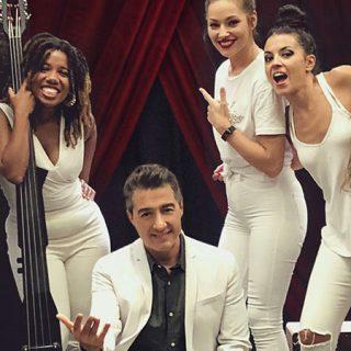 """Detalle del cartel de """"Mujeres de carne y verso"""" en el que se ve una foto de Juan Valderrama rodeado de las chicas que le acompañan en el espectáculo."""
