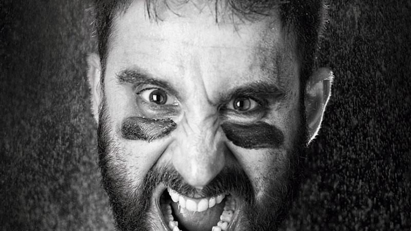 """Detalle del cartel promocional de """"Odio"""" en el que se ve la cara de Dani Rovira con pintura negra bajo los ojos y gesto de grito tenso."""