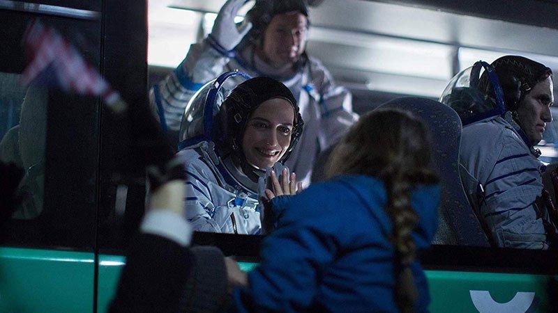 Fotograma de la película Proxima en el que se ve a su protagonista Eva Green despidiendose de su hija en un autobus.
