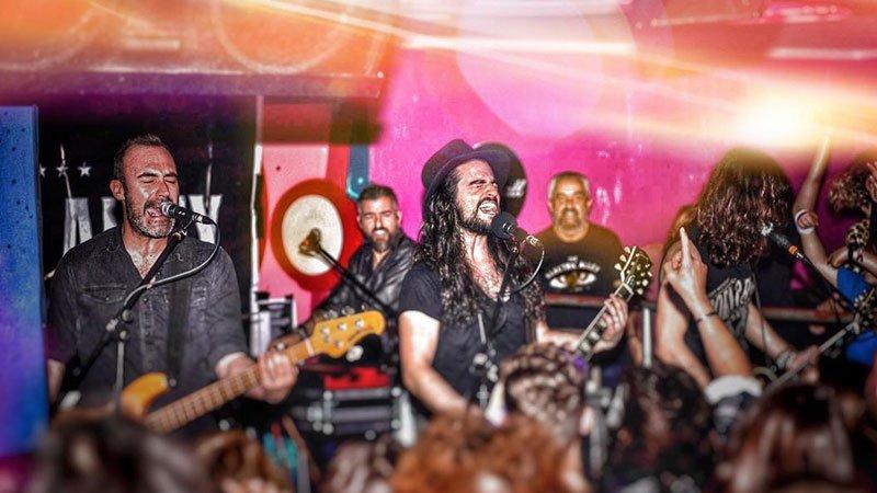 Foto de The Electric Alley tocando en directo ante un montón de público atento y volcado.