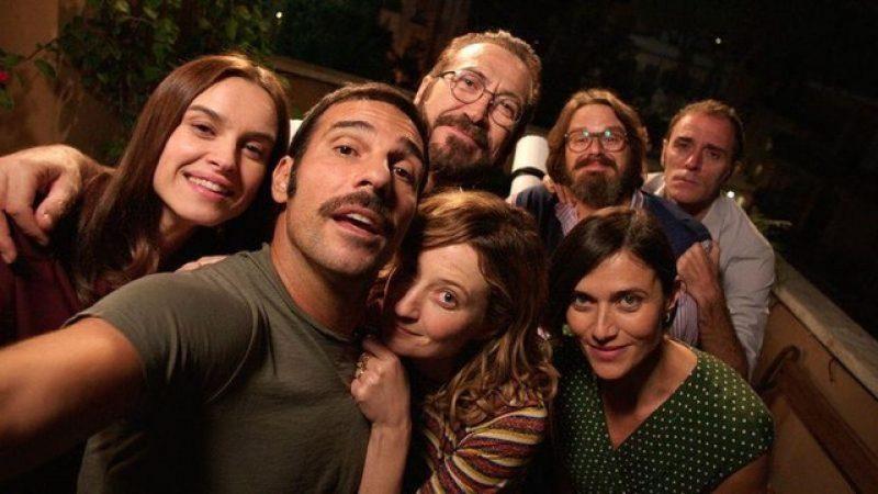 Imagen de la película italiana Perfetti_sconosciuti donde se puede ver a todos sus protagonistas en primer plano.